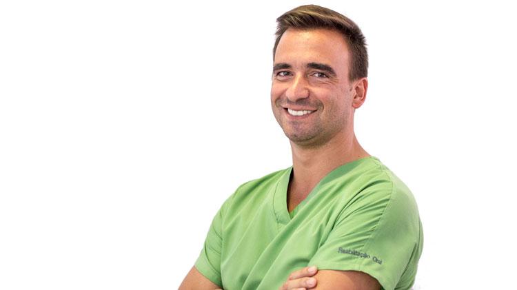 Dr. João Paulo Nunes é o médico dentista responsável pela área da Cirugia Oral, Periodontologia Cirurgica, Implantologia e Reabilitação oral
