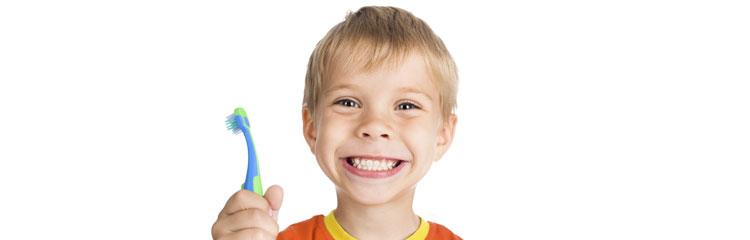 rapaz com escova de dentes